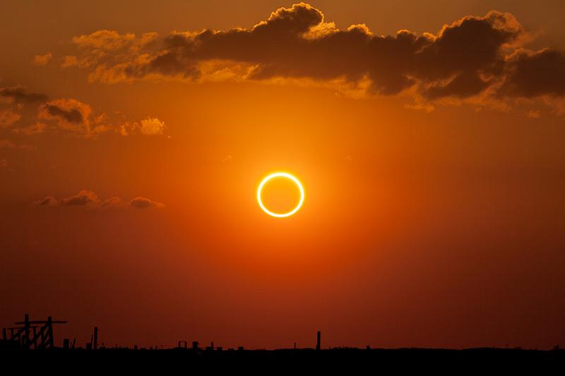 太陽の外側が隠れず、細い光輪状に見える「金環日食」。ヨシュア記10章13節の「日はとどまり」の記述は、紀元前1207年10月30日にあった金環日食を記したものである可能性があるという。(写真:Kevin Baird)
