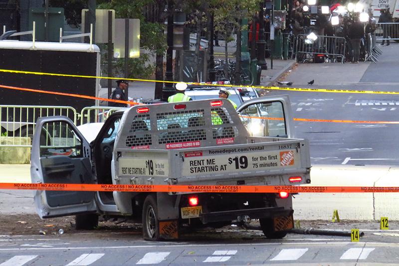 サイフロ・サイポフ容疑者(29)が事件で使用した小型トラック。事件当日にレンタルした車で、ニューヨークの中心地マンハッタン南西部の自転車専用道を約1・3キロにわたって猛スピードで走行した=1日(写真:Gh9449)
