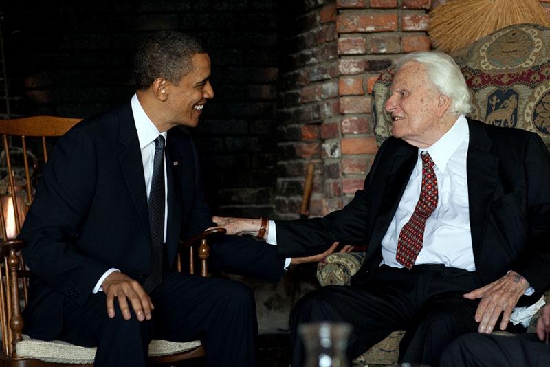 米ノースカロライナ州モントリートの自宅で、バラク・オバマ米前大統領と会談する当時91歳のビリー・グラハム氏=2010年4月25日(写真:米ホワイトハウス)<br />