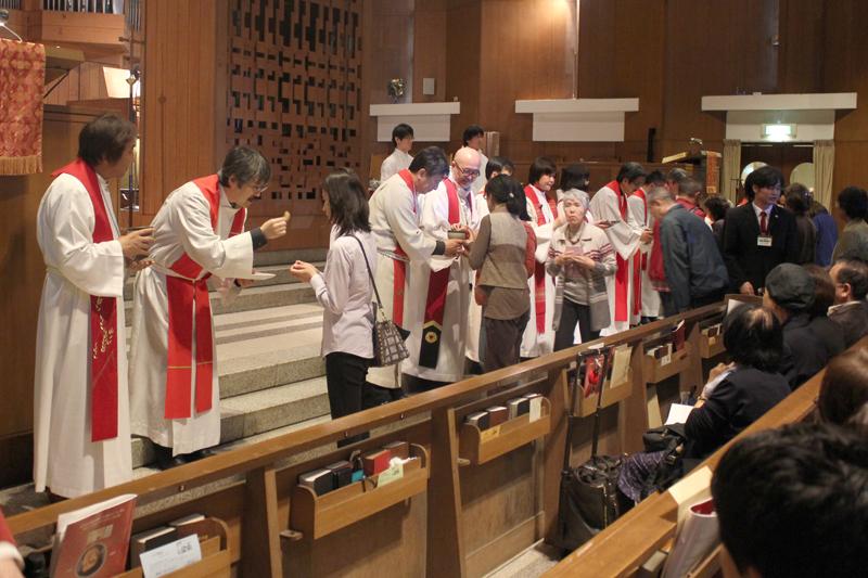 聖餐式で「キリストのからだ」を受け取る信徒たち=4日、国際基督教大学(ICU)礼拝堂(東京都三鷹市)で