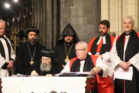合意声明に署名するコプト正教会のダミエット府主教(中央左)とウェールズ聖公会のセントアサフ主教グレゴリー・キャメロン(中央右)=10月26日、アイルランド・ダブリンのクライストチャーチ大聖堂で(写真:Lynn Glanville / Dioceses of Dublin and Glendalough)