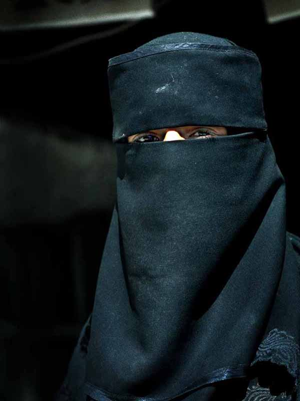 「ニカブ」と呼ばれるベールを着用するイスラム教徒の女性(写真:Steve Evans)