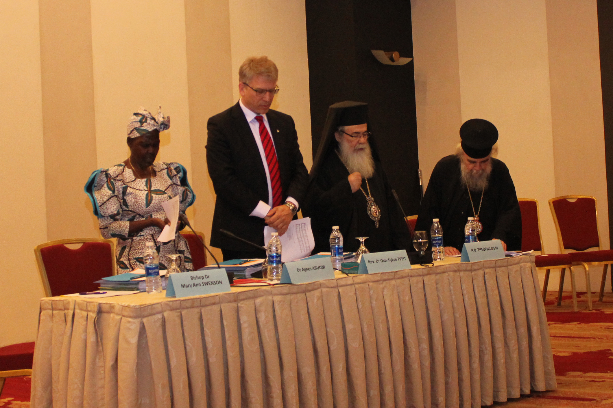 世界教会協議会(WCC)常議員会の開会式。左から、WCCのアグネス・アブオム中央委員会議長、オラフ・フィクセ・トゥベイト総幹事、正教会のエルサレム総主教テオフィロス3世(写真:エルサレム総主教庁)