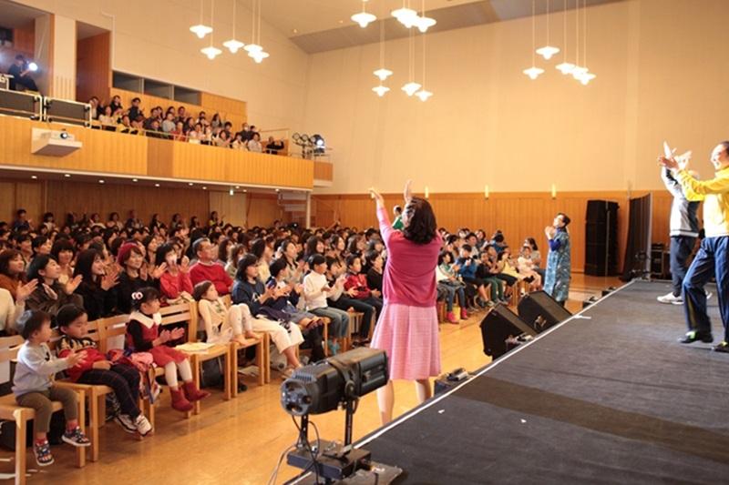 出演者たちの指導により、観客と一緒に歌って踊るシーンも=11月18日、東京キリストの教会(東京都渋谷区)で