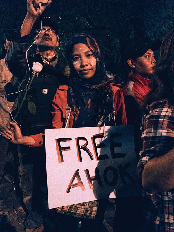 「アホック(Ahok)」の愛称で呼ばれるインドネシア・ジャカルタ特別州のバスキ・チャハヤ・プルナマ前知事の解放を求める女性(写真:izzy)