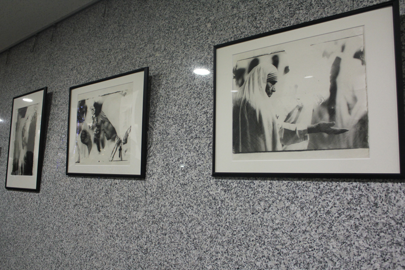 マザー・テレサの生涯をたどる写真展 上智大学「マザー・テレサ写真展」開催中