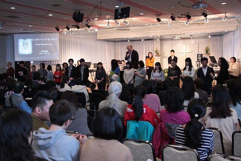 礼拝の中で行われたピュリティ・リング・セレモニー=11月26日、インターナショナル・クリスチャン・フェローシップ(ICF)教会(札幌市)で