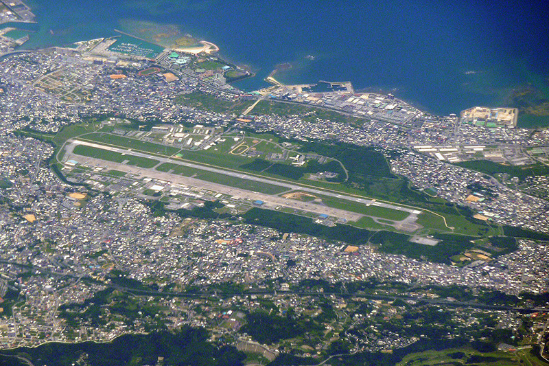 沖縄県宜野湾市にある米軍普天間基地=2010年。部品の落下があった緑ヶ丘保育園は写真には写っていないが、基地右側の緑地帯の先にあり、滑走路の延長線上に位置している。(写真:Sonata)