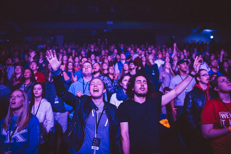 若者を対象とした米国の伝道集会「パッション」で手を上げて賛美する参加者=2016年1月2日、米ジョージア州アトランタで