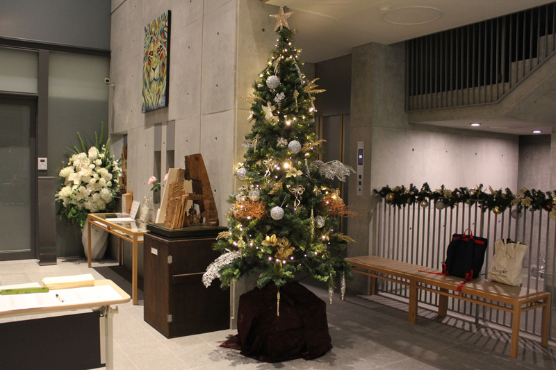 玄関を入った所にあるロビーにはクリスマスツリーが飾られている=13日、21世紀キリスト教会(東京都渋谷区)で