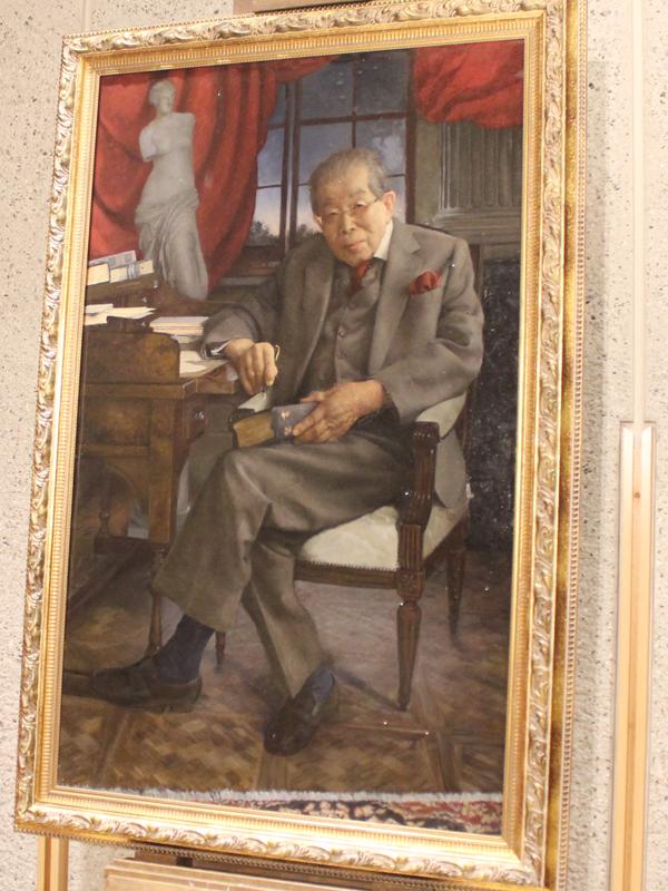 出版記念パーティーの会場に飾られた日野原重明さんの肖像画=10日、新国立劇場(東京都渋谷区)で