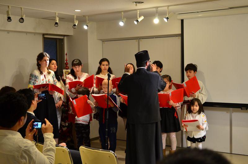 子どもたちが民族衣装を身にまとい、クリスマスキャロルを歌うミニコンサートが行われた=16日、ルーマニア正教会日本支部(東京都国立市)で