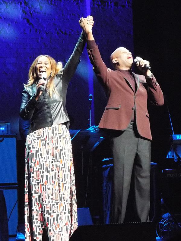 ヨランダ・アダムス(左)とドニー・マクラーキン=16日、米ニューヨークのアポロシアターで