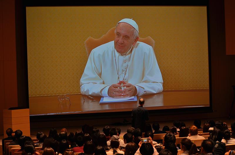 学生からの呼び掛けに笑顔で応える教皇フランシスコ