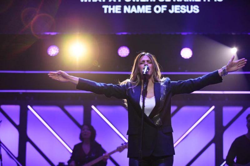 第48回ドーブ賞の授賞式で歌うヒルソング・ワーシップのブルック・リガートウッドさん=10月17日、米テネシー州ナッシュビルで(写真:同賞)