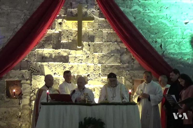 イラク北部の都市モスルにある聖パウロ教会で行われたクリスマスの礼拝=24日(写真:ボイス・オブ・アメリカ)