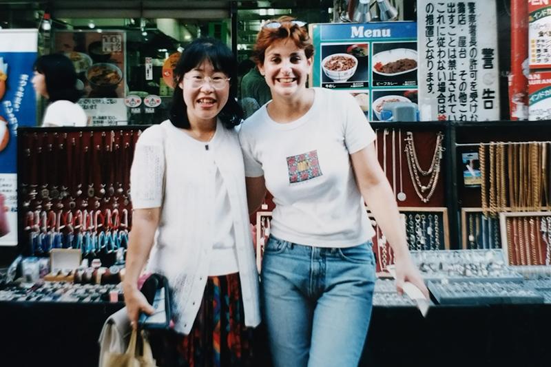 ユダヤ人露天商の女性と共に。1990年代、駅前や商店街でアクセサリーなどを販売する外国人がおり、その多くがユダヤ人だった。(写真:エターナル・ラブ・イスラエル提供)