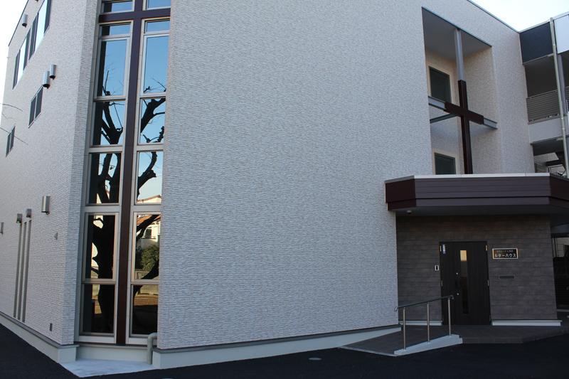 新生したルターハウスの外観。地上3階建てで、一般の集合住宅と棟続きになっている=15日