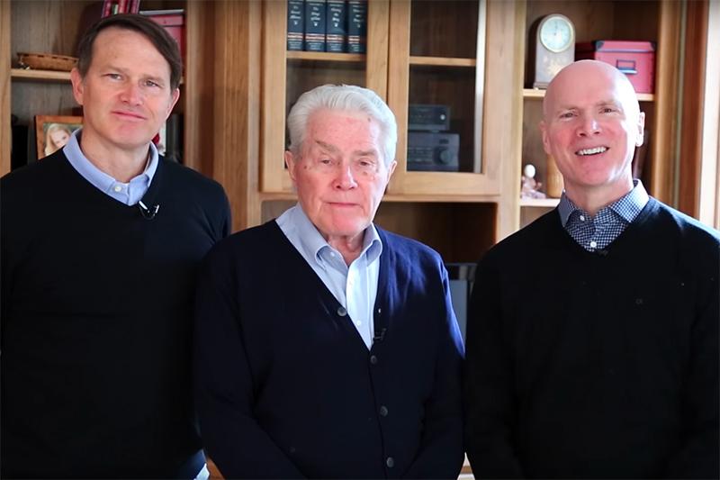 ステージ4の肺がんと診断されたことを発表するルイス・パラウ氏(中央)と息子のアンドリューさん(左)とケビンさん(写真:動画より)