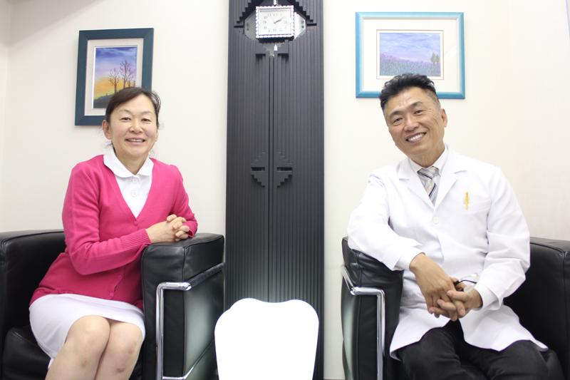 星野鴻一・恵美子夫妻。ハワイ発の国際色豊かな教会であるニューホープ東京の会員だ=17日、新宿歯科クリニック(東京都新宿区)で