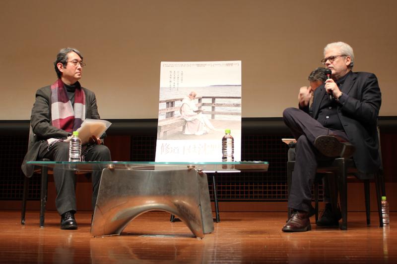 対談するロベルト・アンドー監督(右)と早稲田大学文学学術院教授の小沼純一氏=27日、イタリア文化会館(東京都千代田区)で