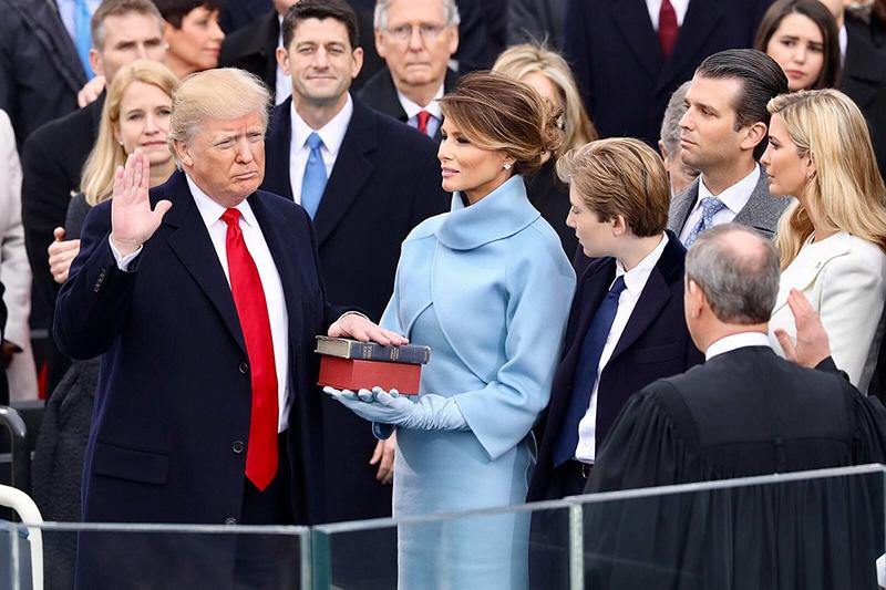 聖書に手を置いて大統領就任の宣誓をするドナルド・トランプ氏=2017年1月20日(写真:ホワイトハウス)