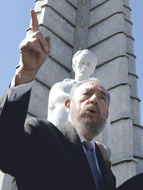 首都ハバナの革命広場にあるホセ・マルティ記念碑の前で演説するフィデル・カストロ=2003年9月27日(写真:Ricardo Stuckert / ABr.)<br />