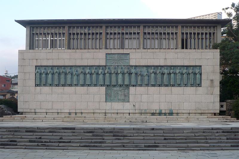 長崎市の日本二十六聖人殉教地(西坂公園)にある記念碑「昇天のいのり」(写真:Alex Tora)