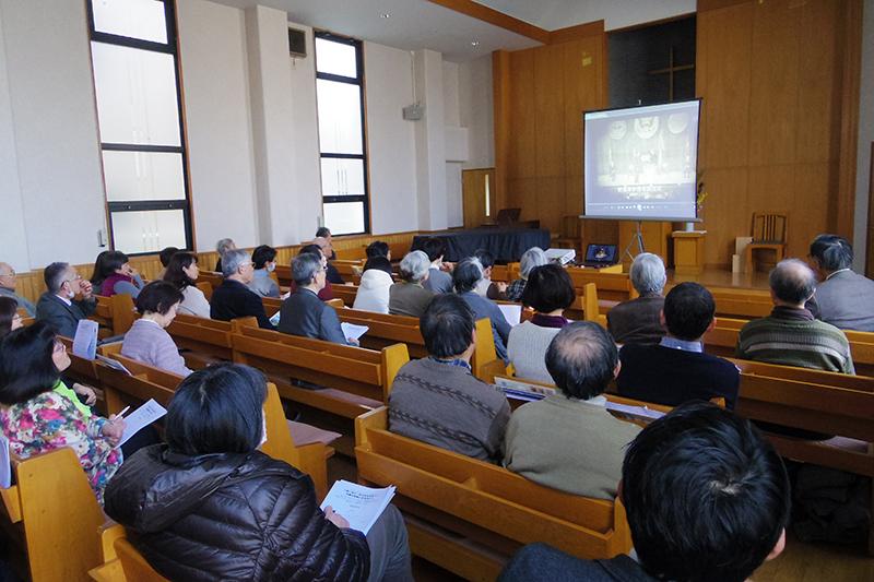 2013年12月に放送されたNHK・Eテレの番組「こころの時代 イエスと歩む沖縄 平良修牧師」のDVDを見る参加者=12日、ふじみ野バプテスト教会(埼玉県富士見市)で<br />