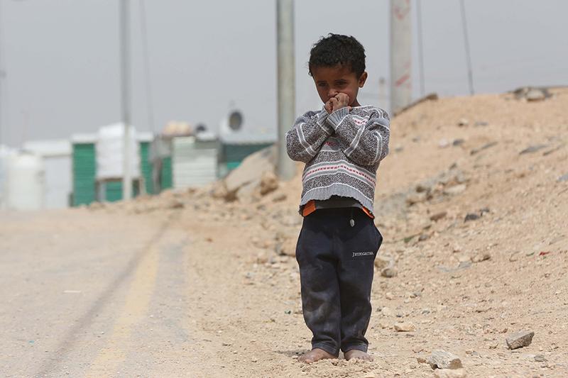 ヨルダン北部の都市マフラクから東に約10キロ離れた場所にあるザータリ難民キャンプで生活する少年。2011年に始まったシリア内戦による難民を収容し、一時は20万人を超える人々が居住していた=2017年3月27日(写真:UN Photo / Sahem Rababah)<br />