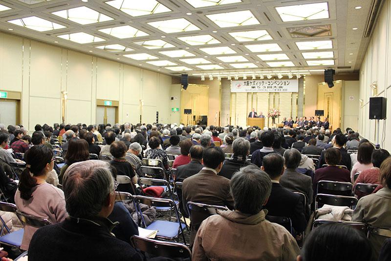 第53回大阪ケズィック・コンベンション第1日目午前の集会に集まる教職信徒ら=14日、大阪リバーサイドホテルで