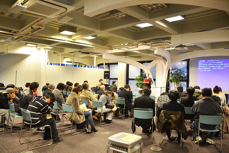 東日本大震災の被災地のために祈りをささげる参加者たち=11日、ウェスレアン・ホーリネス教団淀橋教会(東京都新宿区)で