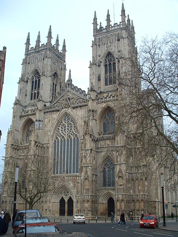 英国国教会のヨーク大聖堂。前側の両棟上部にあるのが尖塔。(写真:Andy Barrett)