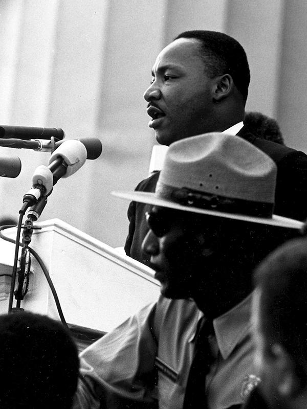 1963年8月、ワシントン大行進にて「I Have a Dream」の演説を行うマーティン・ルーサー・キング・ジュニア牧師(1929~68)