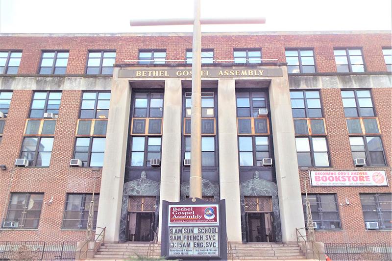 ベテル・ゴスペル・アセンブリー教会の正面入り口。中学校の校舎を改装して使用している。そのため、いまだに教会ではなく学校と間違われこともあるという。新しい礼拝堂の入り口はこれとは別に5番街通り側にある。(写真:打木希瑶子さん提供)