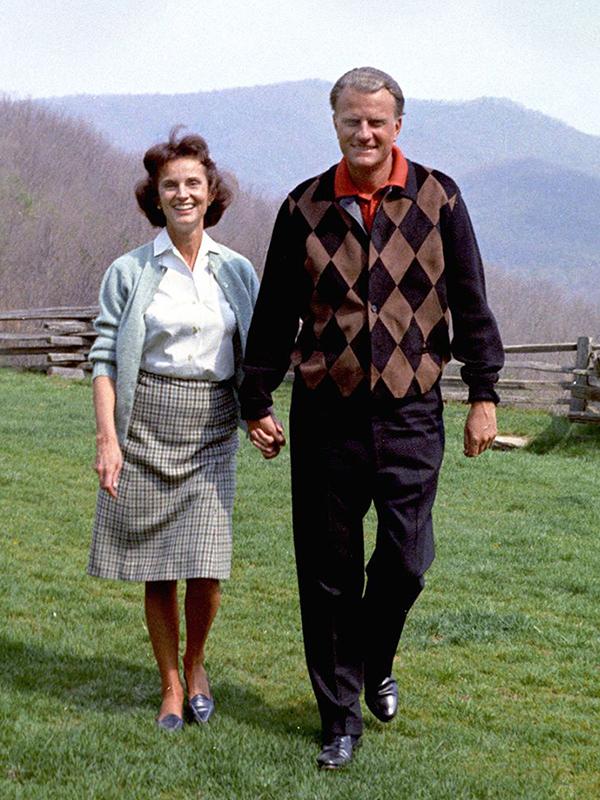 妻のルースさんと笑顔で手をつなぐビリー・グラハム氏(写真:息子のフランクリン・グラハム氏のフェイスブックより)