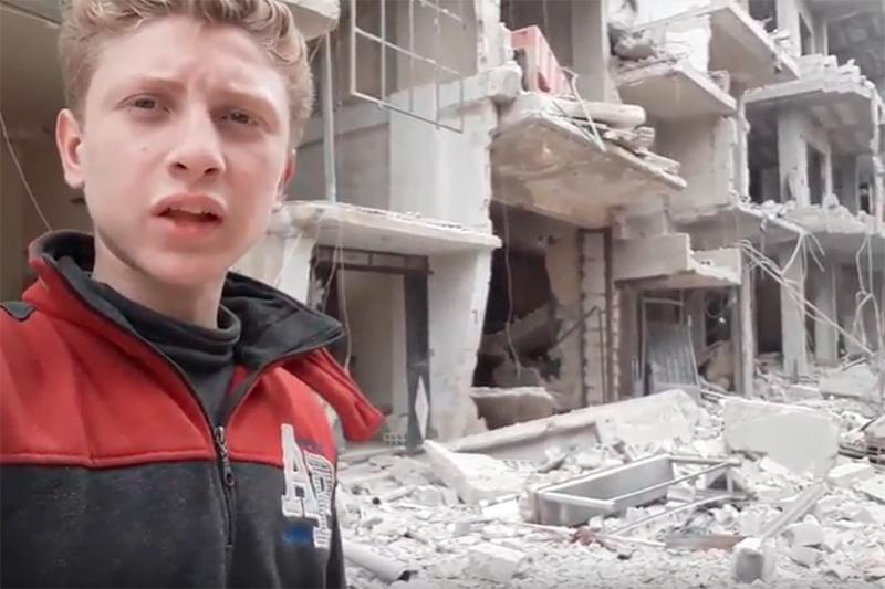 首都ダマスカス近郊の東グータの状況をユーチューブで伝える、現地在住のムハンマド・ナジェム君(15)。米CNNの取材には「人々はシリアで起きていることすべてを知るべきだ」と強調した。(画像:ユーチューブの動画より)