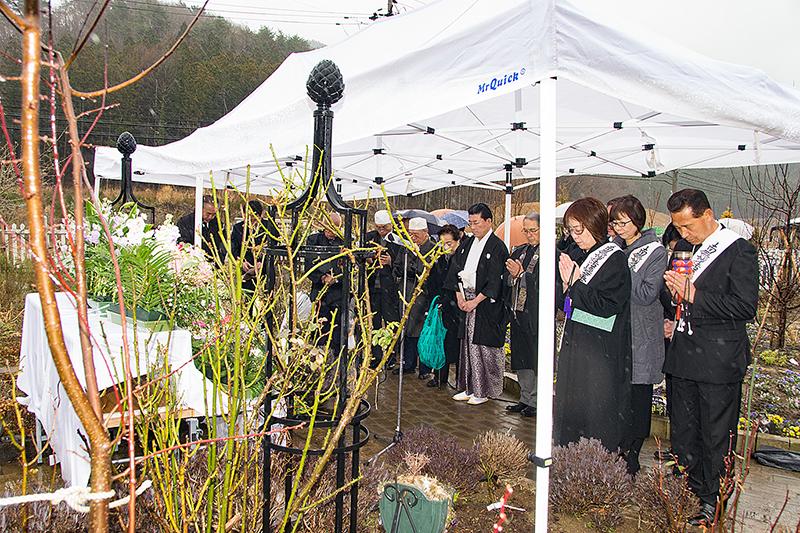 昨年の「東日本大震災の追悼と鎮魂ならびに復興合同祈願式」で、地震発生時刻の午後2時46分に黙祷をささげる参加者=2017年3月15日、宮城県石巻市で(写真:世界宗教者平和会議〔WCRP〕日本委員会提供)<br />