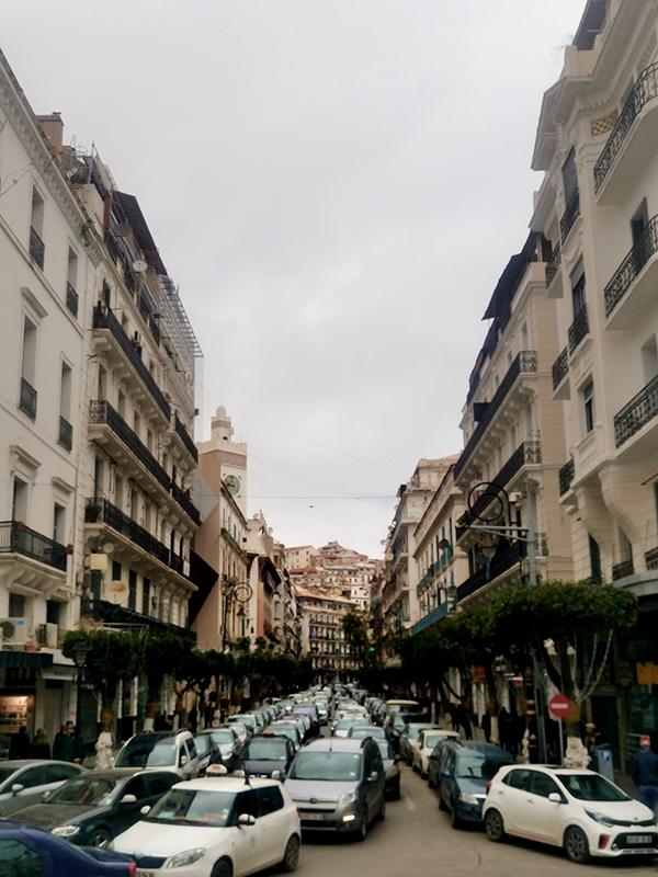 車で混み合う首都アルジェ市内の様子=2018年2月18日(写真:OMAR-DZ)<br />