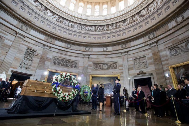 米連邦議会議事堂のロタンダ(上院と下院を分けるドーム下の円形広間)に正装安置されたビリー・グラハム氏のひつぎ=2月28日(写真:ドナルド・トランプ米大統領のツイッターより)<br />
