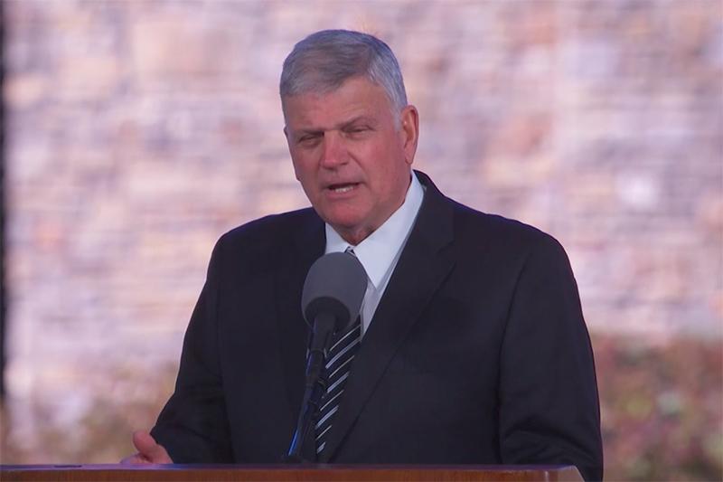 葬儀でメッセージを伝えるビリー・グラハム氏の長男で、ビリー・グラハム伝道協会(BGEA)総裁のフランクリン・グラハム氏(写真:BGEA配信の動画より)