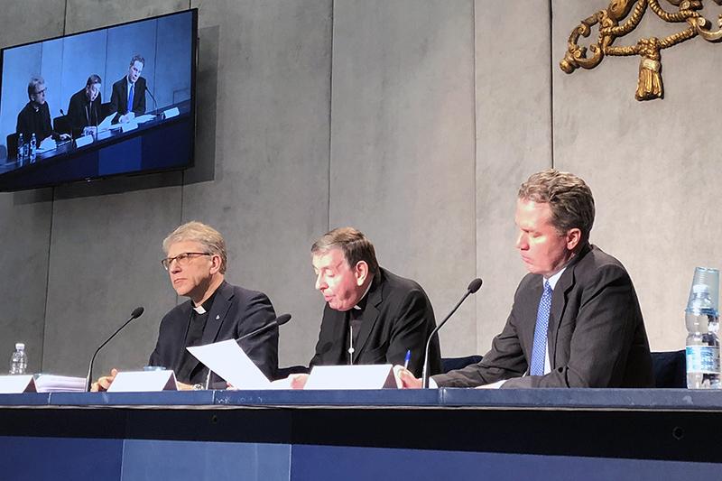記者会見に臨む世界教会協議会(WCC)のオラフ・フィクセ・トヴェイト総幹事(左)と教皇庁キリスト教一致推進評議会議長のクルト・コッホ枢機卿ら=2日、バチカン(ローマ教皇庁)で(写真:WCC / Marianne Ejdersten)