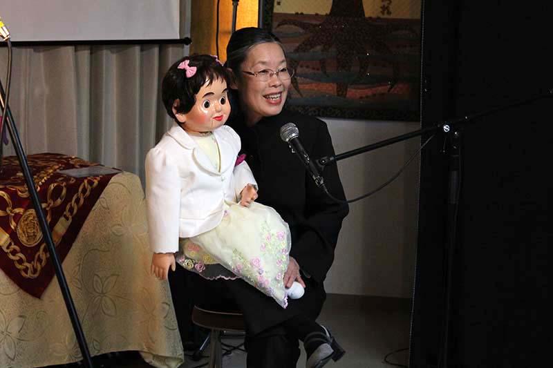 腹話術歴40年の加藤幸子さんとキラちゃん。長年相棒として活躍しているキラちゃんは2代目で、初代の相棒はゲンちゃんだという=3日、クロスロード・インターナショナル葛西教会(東京都江戸川区)で