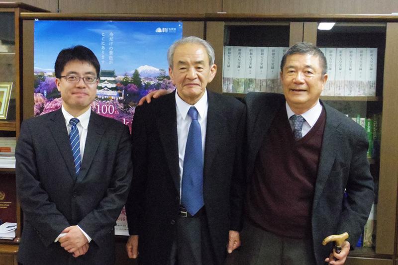 国立公文書館の加藤丈夫館長(中央)=8日、国立公文書館(東京都千代田区)で