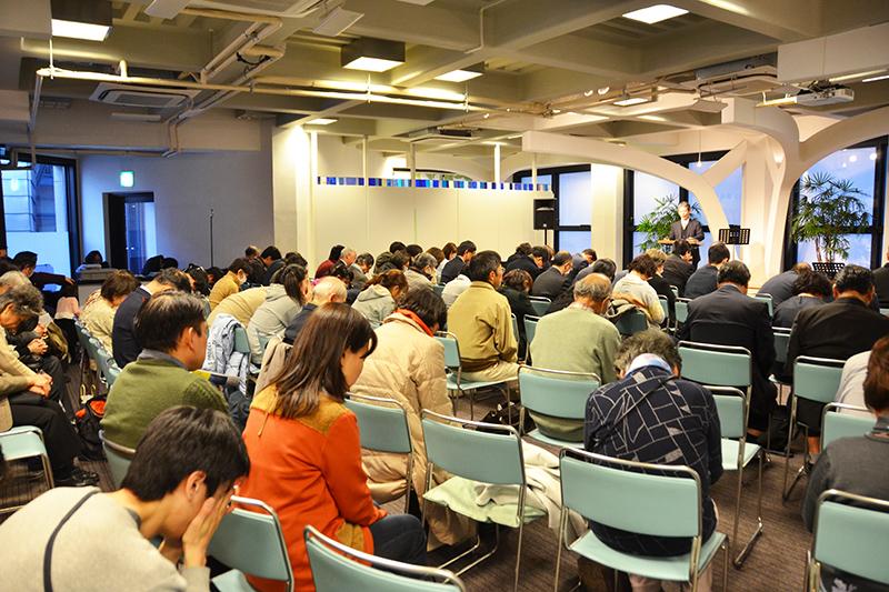 東日本大震災から丸7年を迎える被災地のために祈りをささげる参加者たち=11日、ウェスレアン・ホーリネス教団淀橋教会(東京都新宿区)で