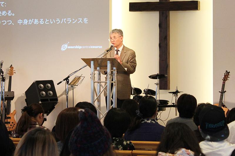 午前のセミナーで講演する北秀樹氏=17日、神の家族主イエス・キリスト教会(東京都足立区)で