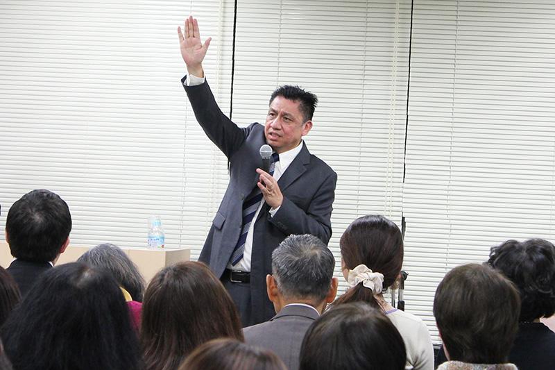 講演するレイモンド・ムーイ氏=20日、東京・銀座で