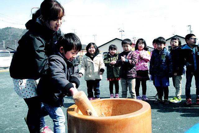 餅つき大会の様子=3月2日(写真:神戸国際支縁機構提供)<br />