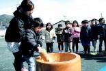 「被災地の人々と共に生きる」 神戸国際支縁機構が83回目の訪問、石巻市の幼稚園で餅つき大会
