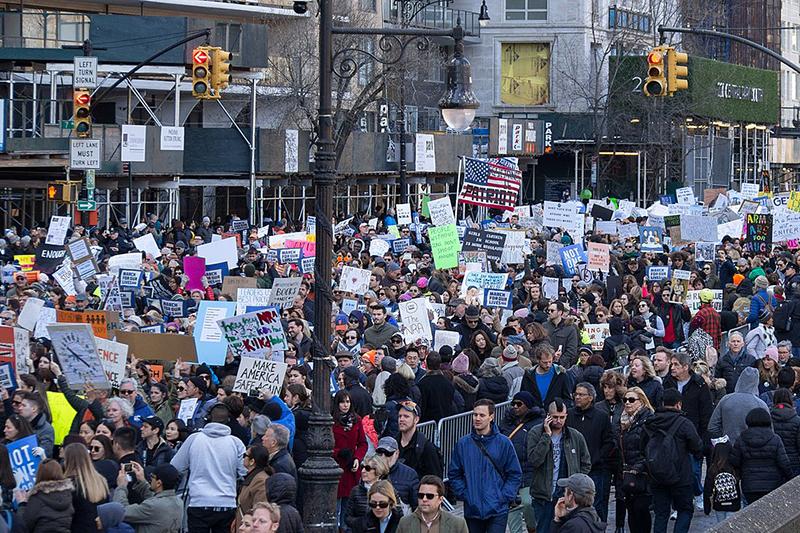 米ニューヨーク・マンハッタンで行われたデモ「私たちの命のための行進」に参加する人々。デモは全米各地で開催された=24日(写真:Rhododendrites)<br />